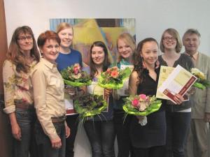 Die Preisträgerinnen Tanja Plagemann, Annemarie Krüger, Maren Rumpf, Isabell Yu und Aurelia Fröhle mit Carla Göbel-Dominik (links), Sabine Hartmann (2.v.l.) und Friedrich Bell