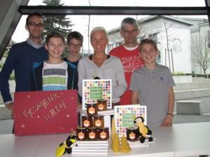 Benjamin Feiler, Ingrid Ström und Klemens Großberger mit  Mitgliedern der Imker-AG