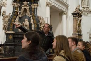 Daniel Stehling mit seinem Religionskurs im Fuldaer Dom